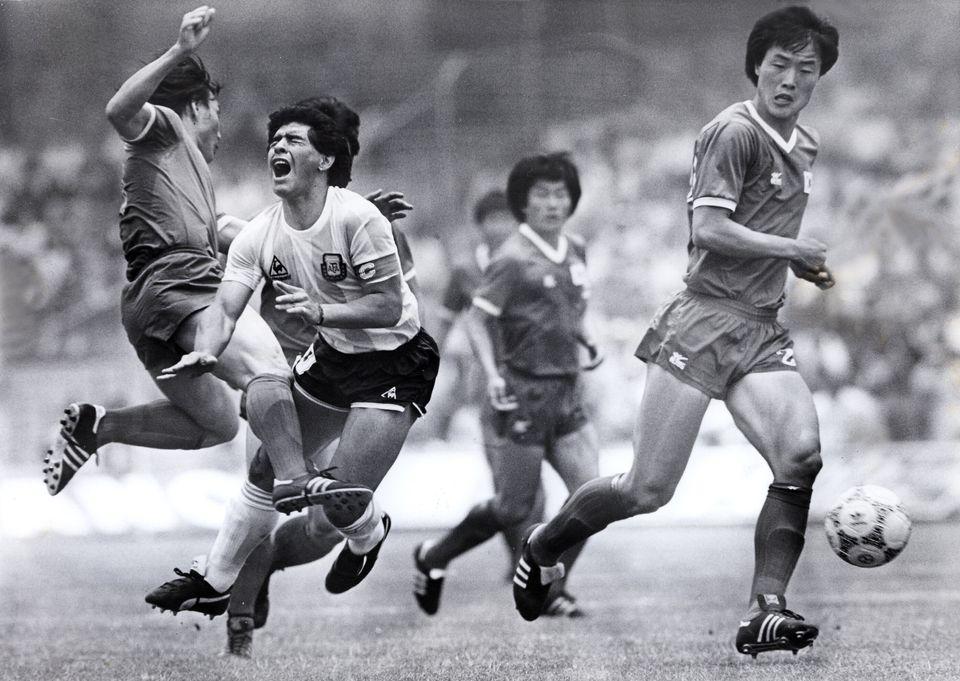 1986 멕시코 월드컵 A조 아르헨티나 대 대한민국 경기에서 디에고 마라도나가 수비수 김용세의 태클을 받고 있다.1986년