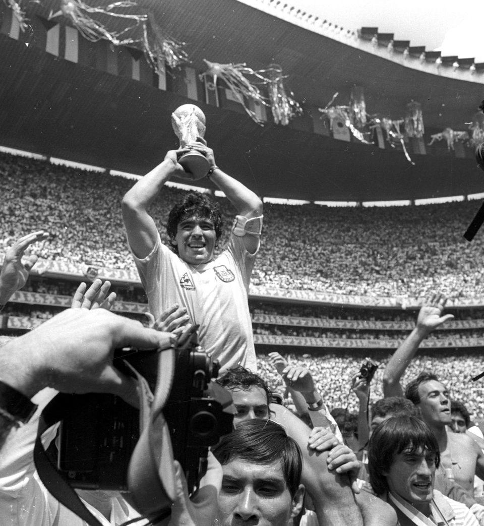 멕시코에서 열린 1986 FIFA 월드컵 결승전에서 아르헨티나가 서독을 3대 2로 꺾고 우승 트로피를 차지한 순간. 멕시코시티, 멕시코. 1986년