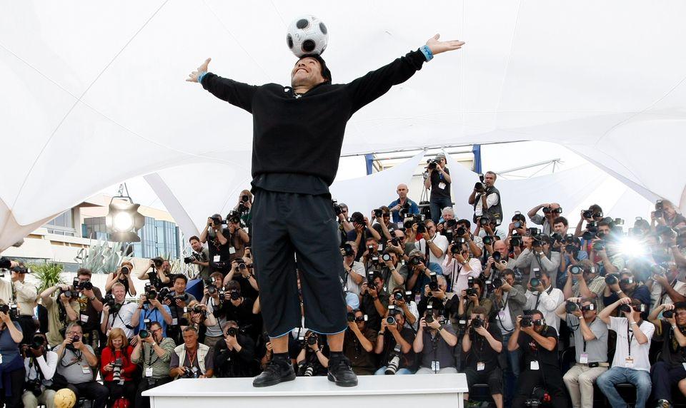 자신의 일대기를 다룬 영화 '축구의 신 : 마라도나(Maradona by Kusturica)'이 공개된 제61회 칸 영화제에서 디에고 마라도나가 포즈를 취하고 있다. 이 영화는 거장에밀...