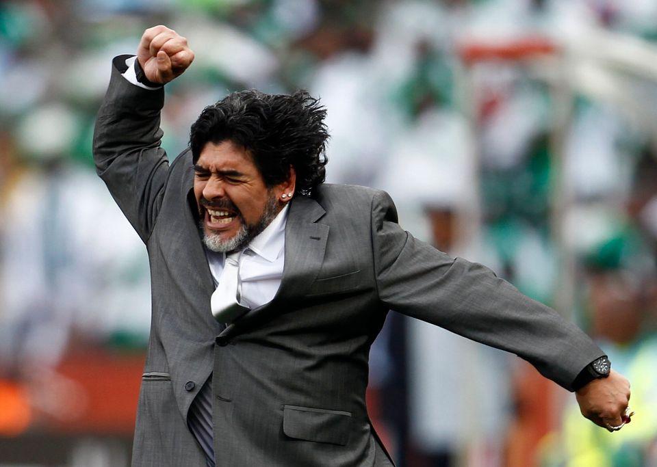 2010 남아공 월드컵 B조 나이지리아와의 경기에서 아르헨티나 축구 국가대표팀 감독 디에고 마라도나가 아르헨티나의 득점에 환호하는 모습. 요하네스버그, 남아프리카공화국. 2010년