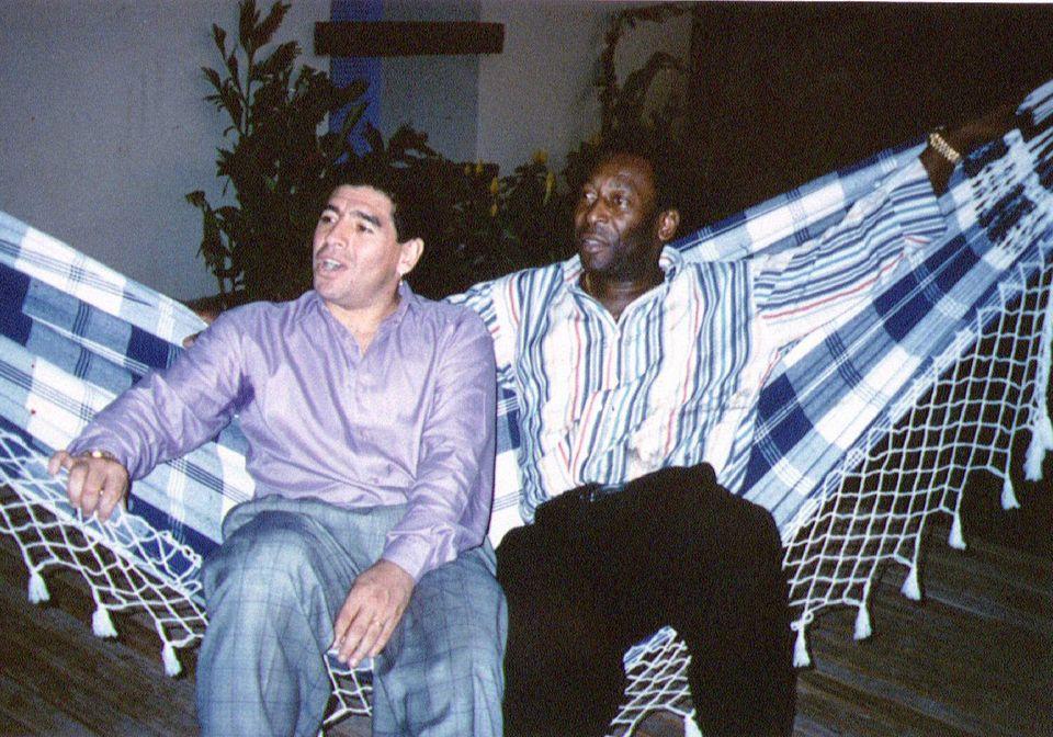 영원한 축구 레전드 디에고 마라도나와 펠레가 나란히 앉아 휴식을 취하고 있다. 리우데자네이루, 브라질. 1995년