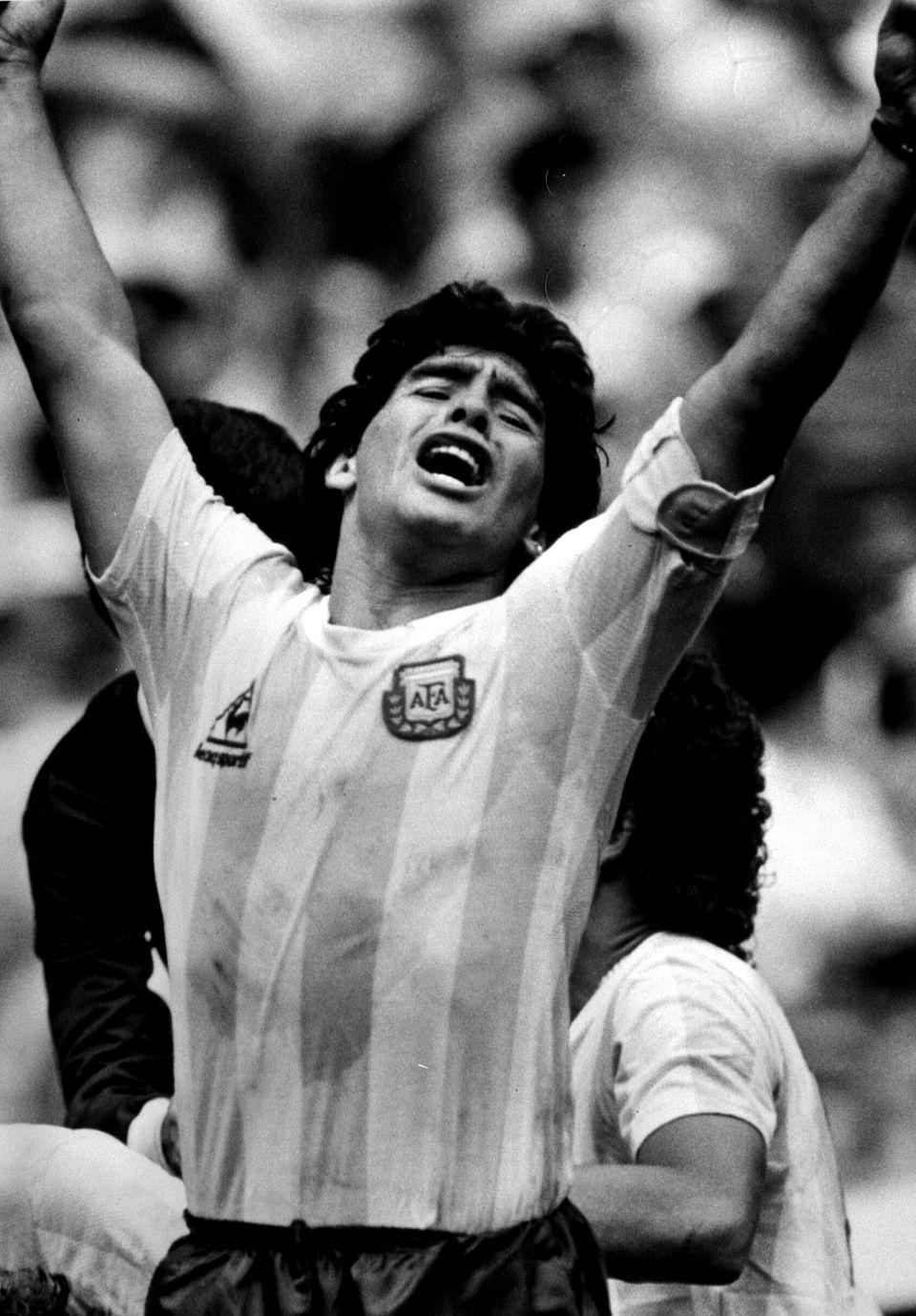 1986 멕시코 월드컵 결승전 아르헨티나 대 서독 경기에서 디에고 마라도나가 동료 호르헤 부르차가의 결승골에 환호하고 있다. 멕시코시티, 멕시코. 1986년