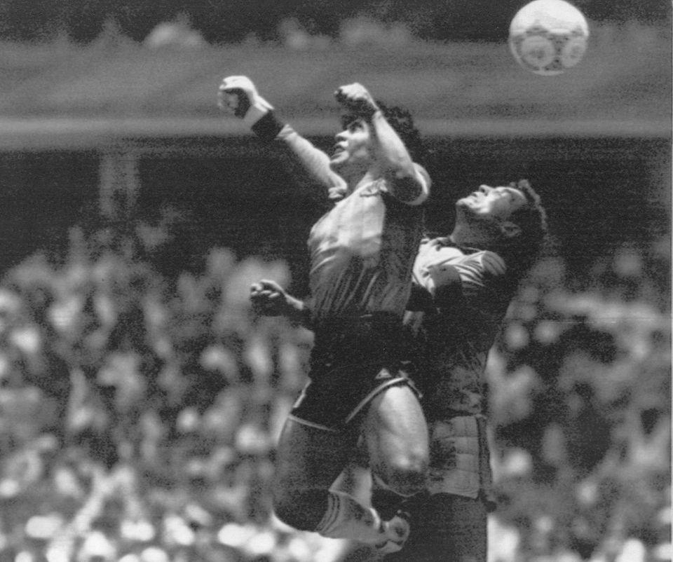 1986 멕시코 월드컵 8강전 잉글랜드와의 경기에서 디에고 마라도나가 잉글랜드 골키퍼 피터 쉴턴과 경합을 펼치고 있다. 마라도나는 이 경기에서 첫 골을 왼손으로 넣었는데, 이후 '신의...