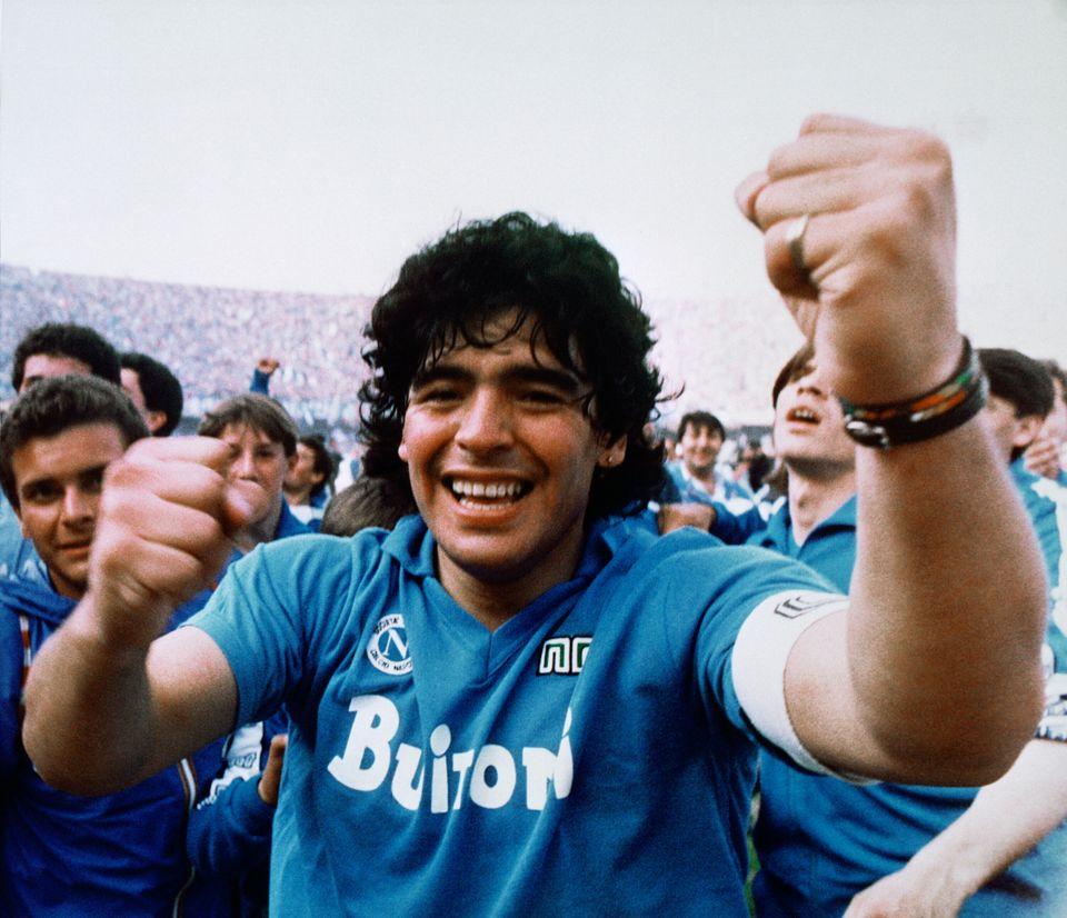 이탈리아 프로축구 세리에 A 나폴리에게 첫 리그 우승을 안긴 직후, 디에고 마라도나가 승리를 자축하고 있다. 1987년