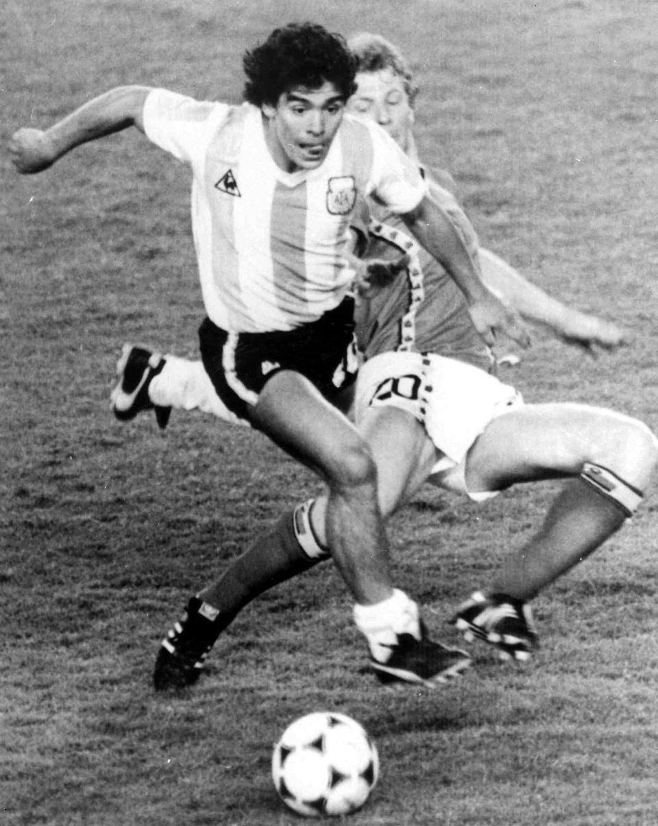 디에고 마라도나가 1982 스페인 월드컵 개막전 벨기에와의 경기에서 드리블을 하고 있다. 1982년