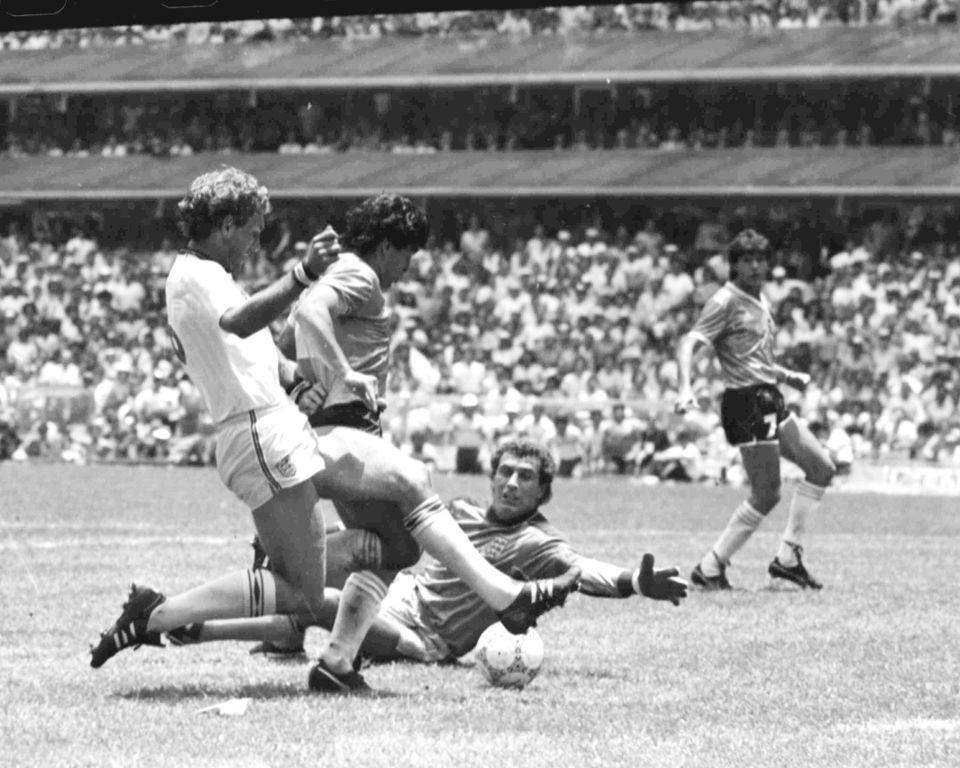 1986 멕시코 월드컵 8강전 잉글랜드와의 경기에서 디에고 마라도나가 훗날 전설이 될 두 번째 골을 넣는 장면. 드리블로 6명을 제치고 넣은 이 골은 FIFA가 선정한 '20세기 최고의...