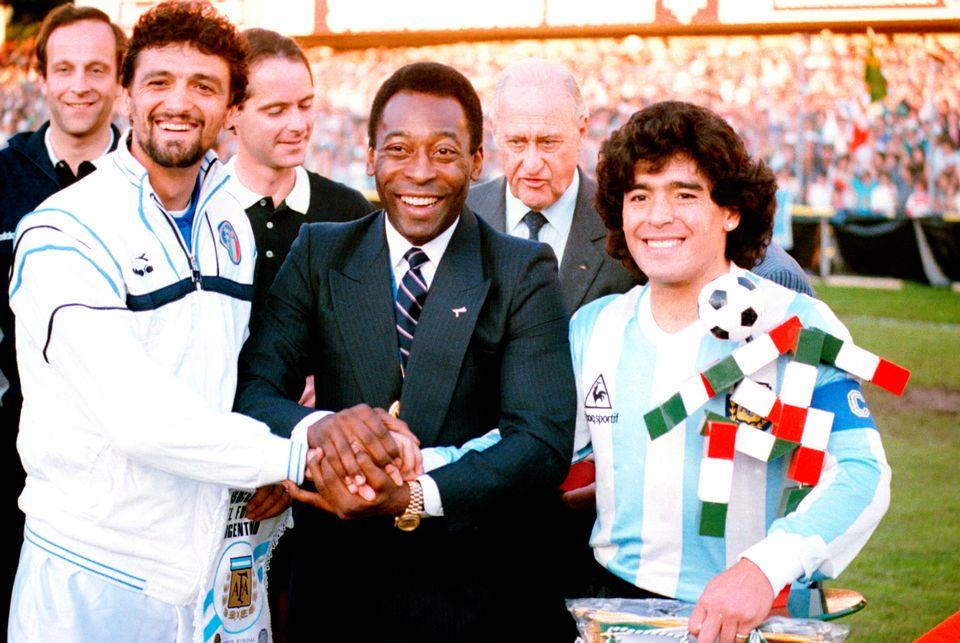 펠레(가운데), 이탈리아 대표팀 주장 알레산드로 알토벨리(왼쪽)과 함께 포즈를 취하고 있는 아르헨티나 대표팀 주장 디에고 마라도나. 1987년