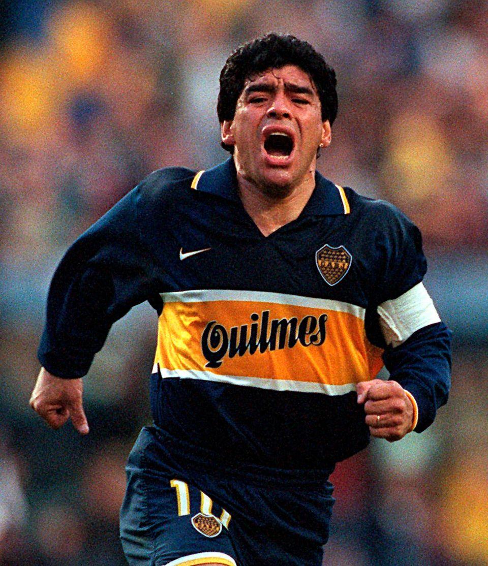 디에고 마라도나가 프로선수로서의 마지막 공식경기에서 골을 넣은 뒤 셀러브레이션을 하고 있다. 1997년