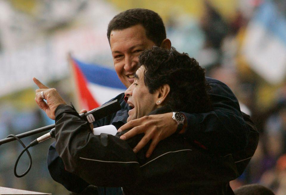 디에고 마라도나는 생전에 우고 차베스 베네수엘라 대통령과 각별한 사이였다. 사진은 조지 W. 부시 미국 대통령의 전미대륙정상회의(Summit of the Americas) 참석을 반대하는...