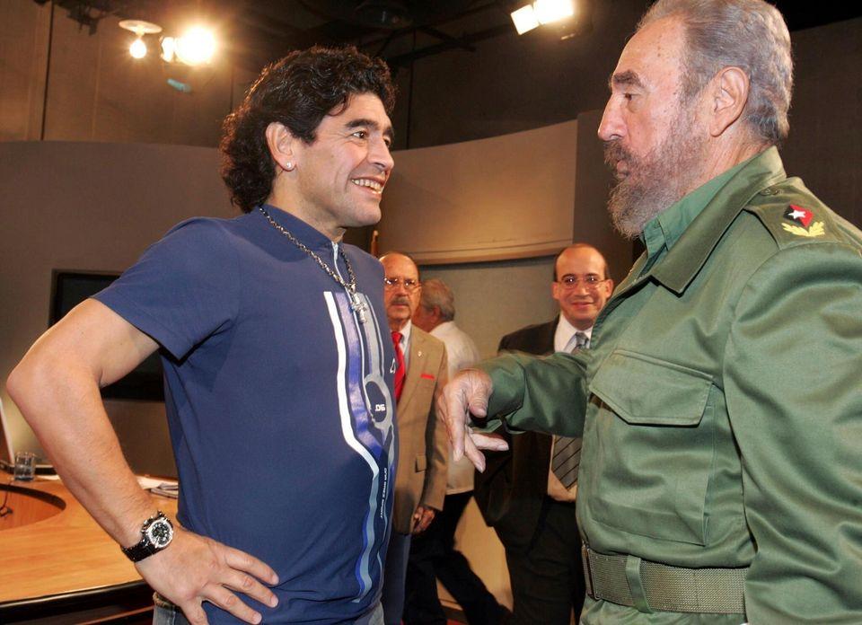디에고 마라도나는 쿠바의 피델 카스트로와도 가까운 관계를 유지했다. 사진은 쿠바 아바나에서 만난 두 사람의 모습. 2005년