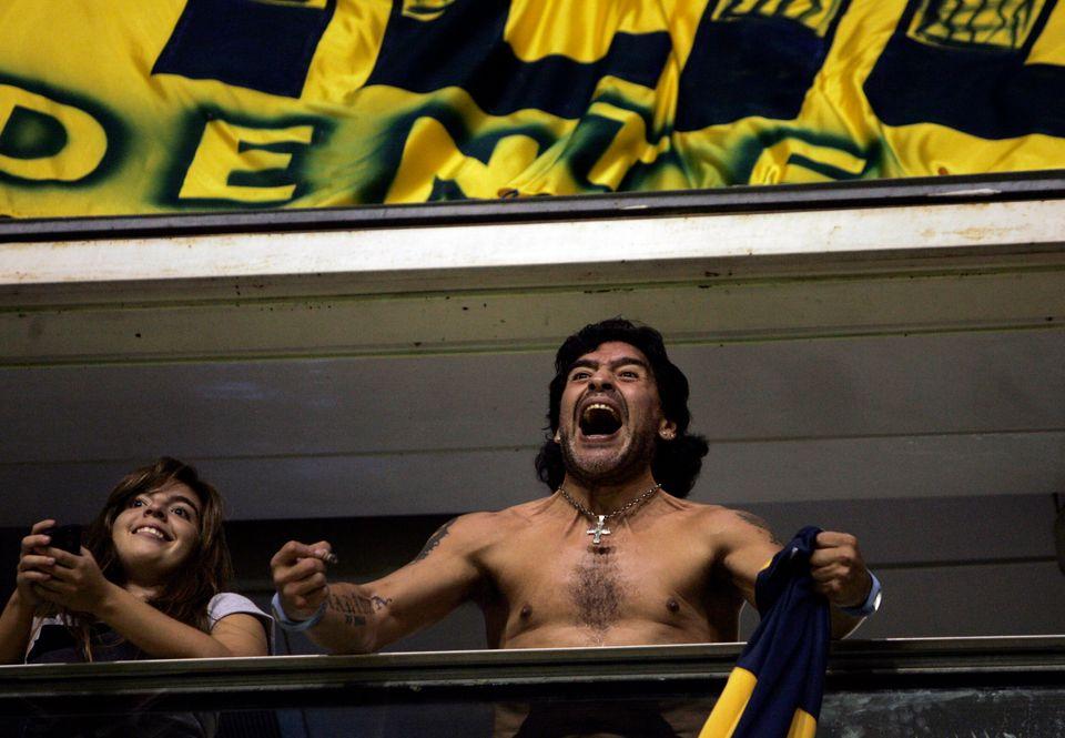 디에고 마라도나가 남미축구연맹이 주관하는 코파 리베르타도레스 도중 친정팀 보카 주니어스의 골에 환호하는 모습. 2008년