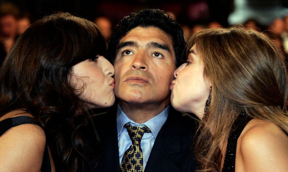 칸느 영화제에서 자신의 일대기를 담은 영화 축구의 신 : 마라도나(Maradona by Kusturica) 공개를 앞두고 디에고 마라도나가 두 딸의 입맞춤을 받고 있다. 2008년