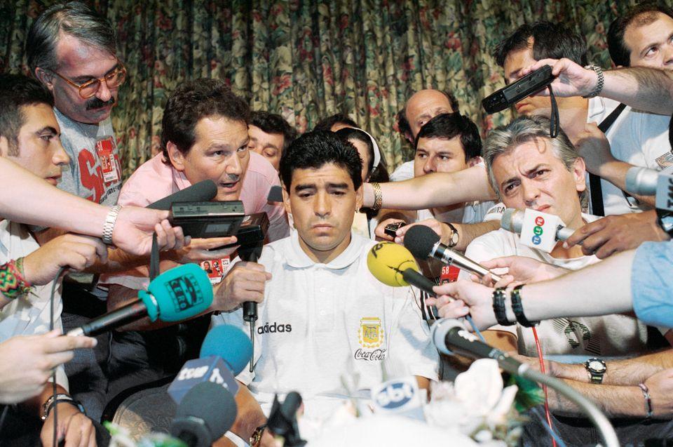 디에고 마라도나는 1994 미국 월드컵 당시 금지약물 양성 반응으로 대회 중간 퇴출됐다. 사진은 쉐라톤파크플라자호텔에서 열린 기자회견에 참석한 마라도나의 모습. 댈러스, 텍사스주....