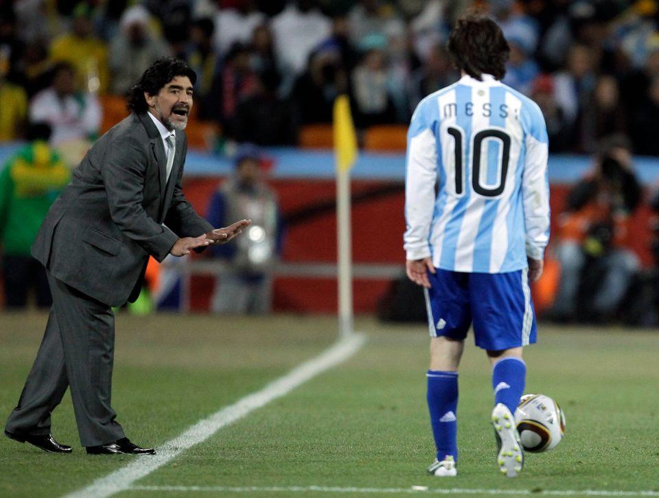 2010 남아공 월드컵 16강 멕시코와의 경기에서 아르헨티나 국가대표팀 감독 디에고 마라도나가 또 하나의 '전설'이 되고 있는 리오넬 메시에게 지시를 하는 모습. 2010년