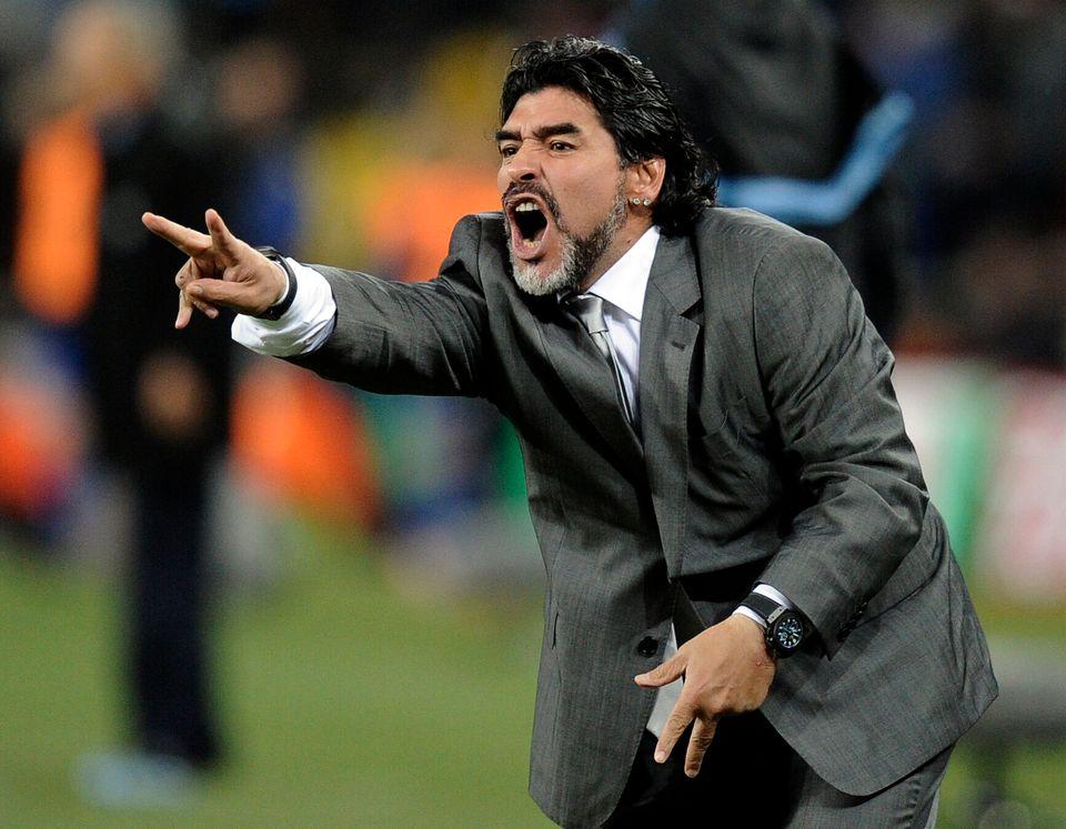 2010 남아공 월드컵 16강 멕시코와의 경기에서 아르헨티나 국가대표팀 감독 디에고 마라도나가 손짓을 하고 있다.2010년