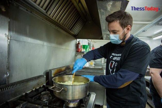 Οι εστιάτορες της Σίνδου μαγειρεύουν για τους ήρωες της