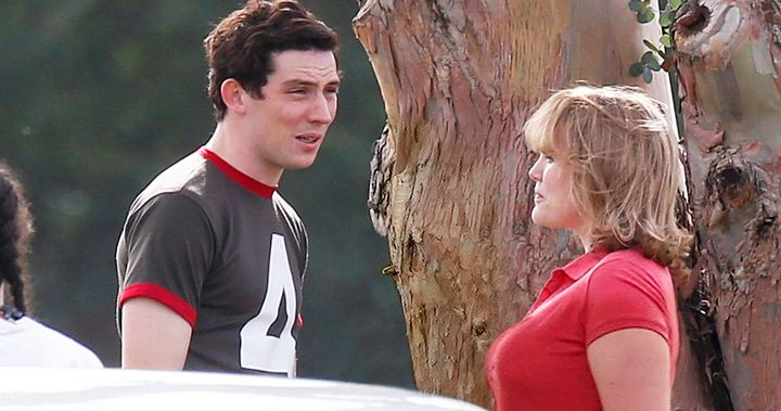 El príncipe Carlos (Josh O'Connor) y Camilla Parker Bowles (Emerald Fennell), en 'The Crown'.