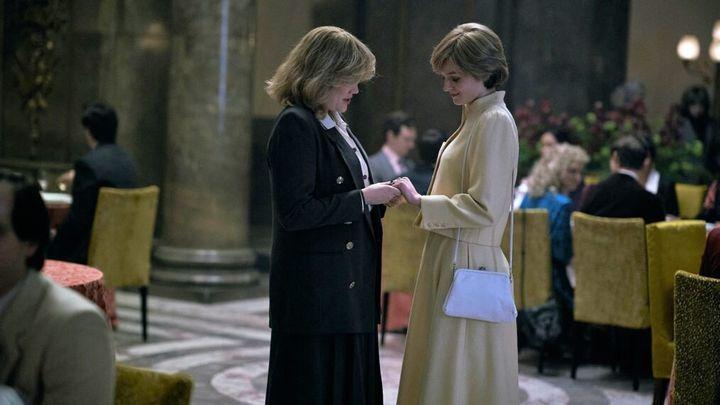 Camilla Parker Bowles (Emerald Fennell) y la princesa Diana (Emma Corrin), en 'The Crown' (Netflix).