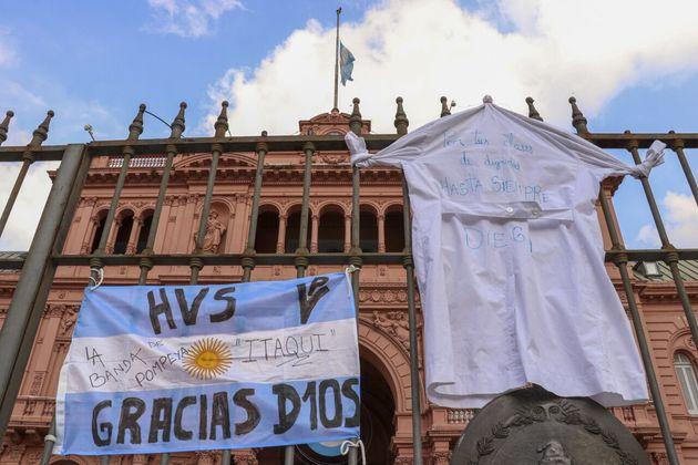 Banderas en Casa Rosada por la muerte de Diego