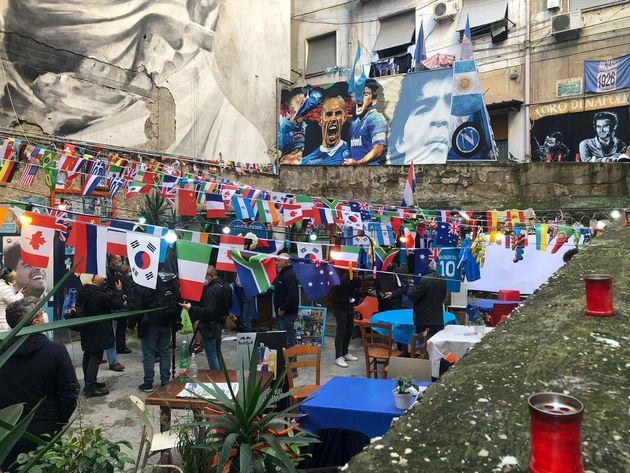 Bandiere, lumini e magliette per ricordare Diego, di fronte al suo