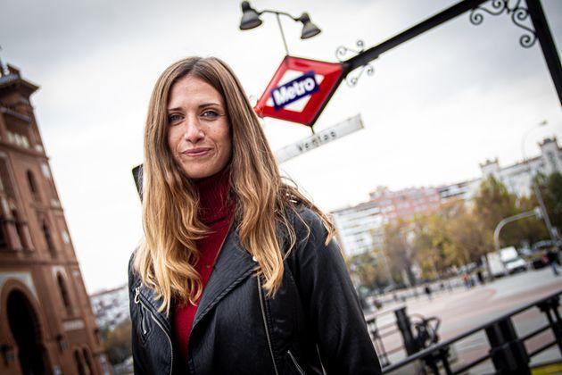 Amanda Romero junto a la estación de