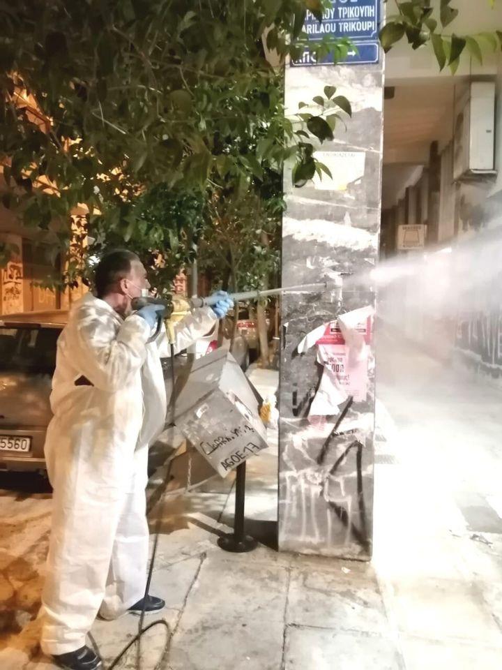 Αφαίρεση αφισών στο κέντρο της Αθήνας
