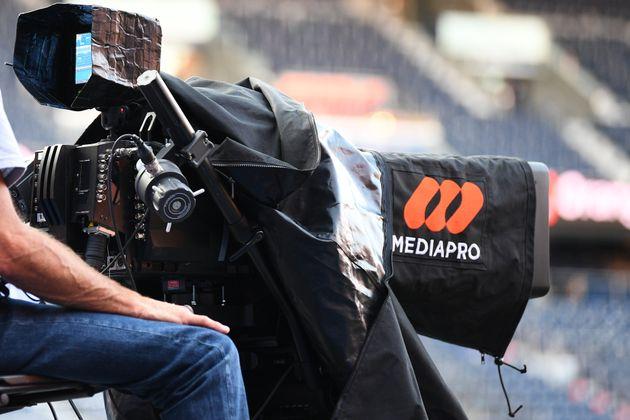 Une caméra du groupe Mediapro lors du match de Ligue 1 PSG-OM, au Parc des Princes, le 13 septembre