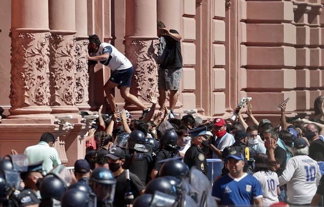 Maradona: caos alla Casa Rosada, spostato il feretro, evacuata la