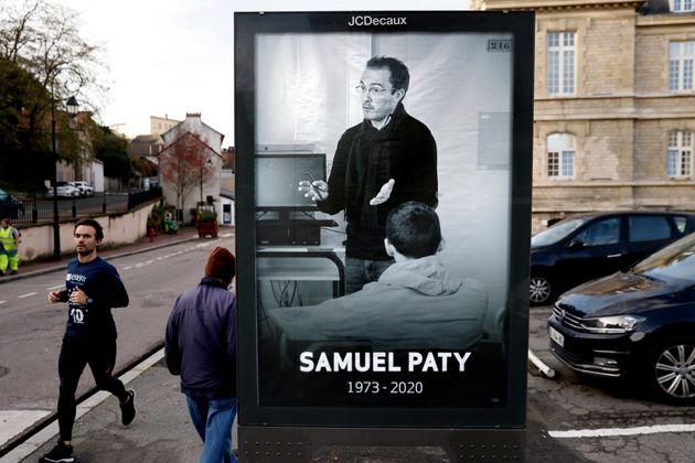 Une affiche représentant le professeur Samuel Paty dans le centre-ville de Conflans-Sainte-Honorine,...