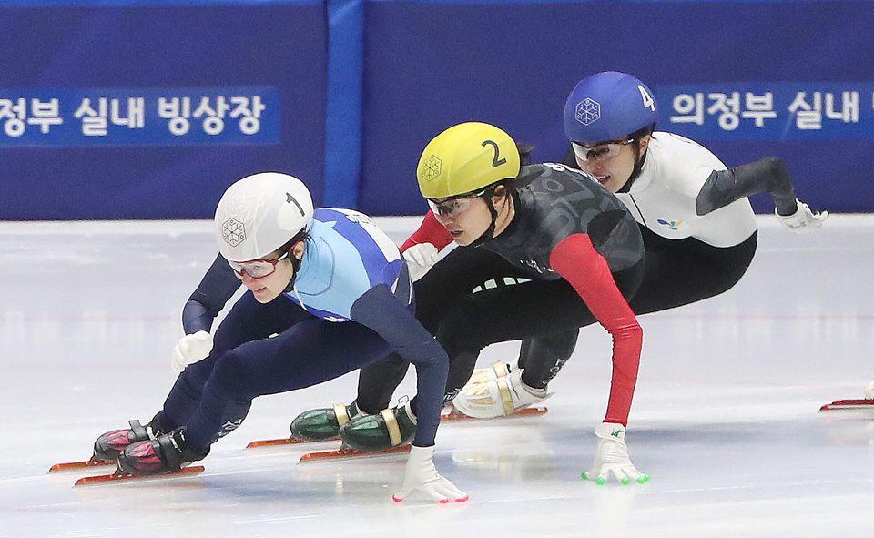 쇼트트랙 여자 일반부 1,000m 결승 경기에서 심석희(서울시청, 노랑)와 김아랑(고양시청,파랑)이 역주하고 있다.