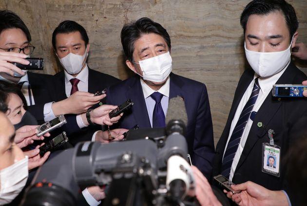 「桜を見る会」について記者団の質問に答える安倍晋三前首相=2020年11月24日