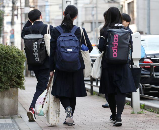 新型コロナ/下校する高校生(2020年2月)