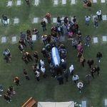 Despiden a tres empleados de la funeraria por hacerse fotos junto al cadáver de