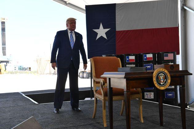 今年7月、テキサス州でエネルギー開発を認める署名をした。