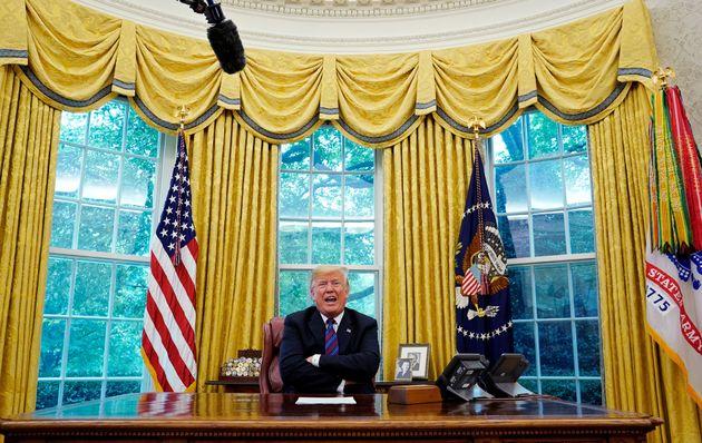 大統領執務机に座るトランプ氏。