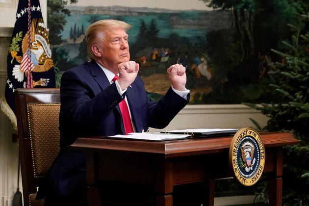 感謝祭(サンクスギビングデー)で、米軍とのテレビ会議に出席するトランプ大統領。