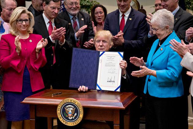 2017年3月、ホワイトハウスのルーズベルトルームで国防・教育関連法案に署名した。