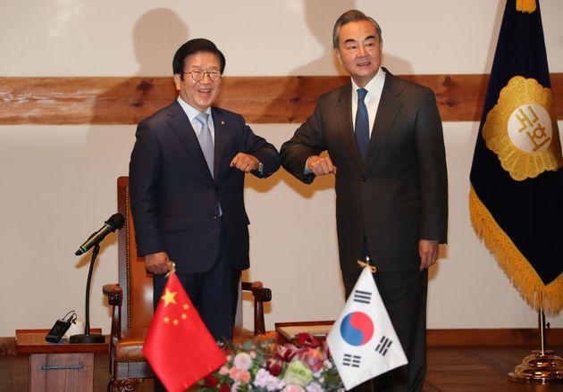 박병석 국회의장이 서울 여의도 국회를 찾은 왕이 중국 외교부장과 팔꿈치 인사를 하고