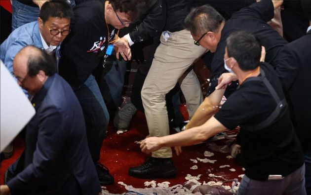 Γροθιές και κουβάδες με έντερα στην Βουλή της Ταιβάν για χάρη του