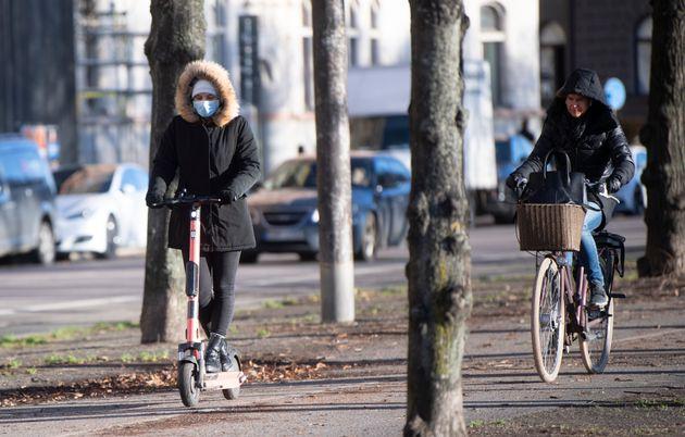 Mujeres con mascarilla, el 20 de noviembre de 2020, en las calles de
