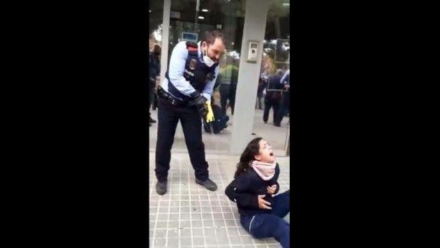 Captura del vídeo de la actuación policial contra la joven en