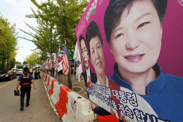 지난해 박근혜 전 대통령이 어깨 수술 및 치료를 받기 위해 병원에 입원한다는 소식이 알려지자 경기도 의왕 서울구치소 앞에서 지지자들이 집회를 준비하고 있는