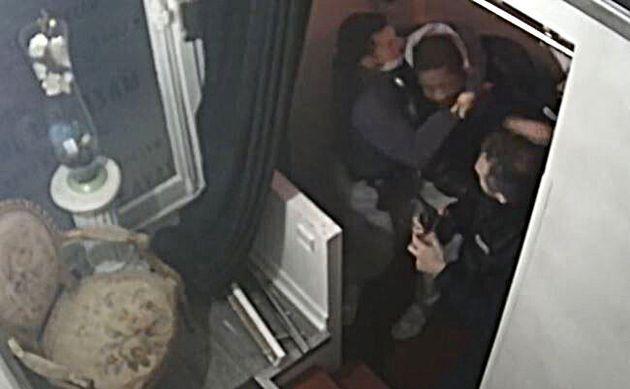 Le immagini del pestaggio di un nero da parte della polizia francese,