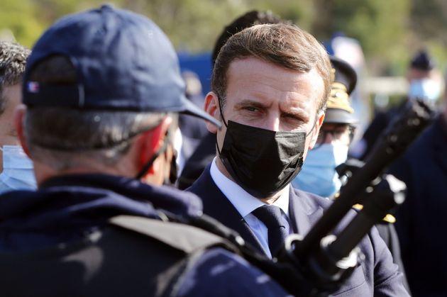 Emmanuel Macron s'adressant à des policiers lors d'un déplacement au Perthus, à...