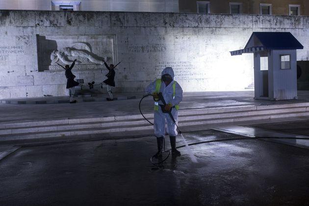 Νέο ρεκόρ θανάτων από κορονοϊό στην Ελλάδα με 121 νεκρούς σε 24