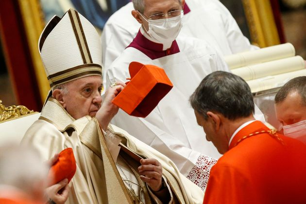 Becciu convitato di pietra al Concistoro. Il Papa ai cardinali: