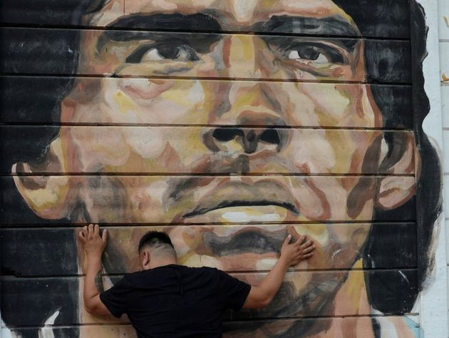 Un fan de Diego Maradona lora la muerte del