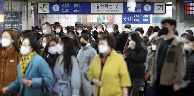 신종 코로나바이러스 감염증(코로나19) 확산으로 수도권 지역에 사회적 거리두기 2단계가 적용된 24일 오전 서울 구로구 신도림역에서 출근길 시민들이 마스크를 착용한 채 발걸음을 옮기고