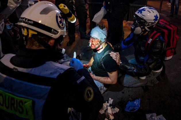 Des streets médics interviennent autour de Ameer Al Halbi, photographe syrien blessés lors...