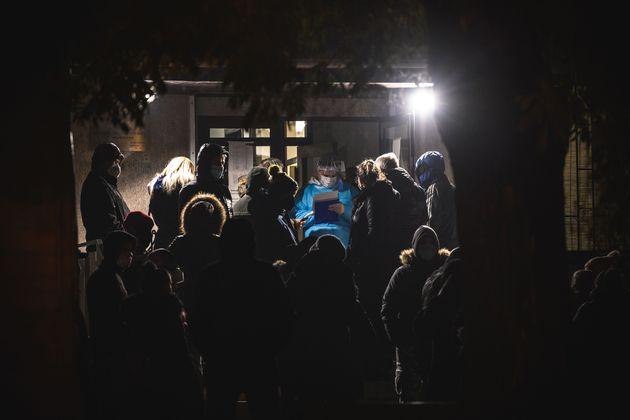 Κόσμος περιμένει να εξεταστεί έξω από νοσοκομείο αναφοράς στο Βελιγράδι